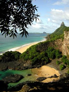 Secluded beach in Fernando de Noronha Archipelago, Brazil (by Fabiane Duarte).