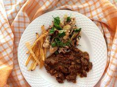Kančí maso dušená na cibuli, mrkvi, petrželi, pepři a kmínu, hranolky z tuřínu, salát z pečeného květáku a cibule, petrželky a olivového oleje