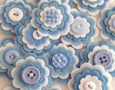 BEBÉ azul x3 adorno de botón hecho a mano flor capas de fieltro, fieltro Applique, azul y blanco