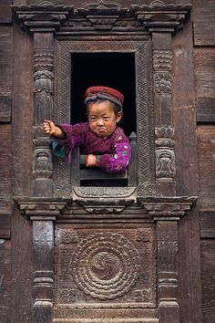 consumo-dunque-sono: I'm gonna get you! Little Tamang girl in her traditional home.