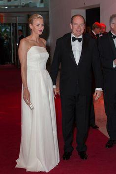 Fürstin Charlène von Monaco in einem Kleid von Akris und Fürst Albert II. von Monaco