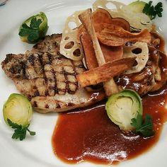 根菜を薄切りにしてカリっとパリッとチップスに。香ばしい香りの鶏ももの皮目とよく合います。 赤ワインのソースで♪ - 69件のもぐもぐ - チキングリル~根菜のチップス添え~ by Yutaka Sakaguchi