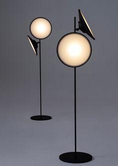 ampada da terra ?2Moons? di Nir Meiri Israele, 2014 Prodotte da Nir Meiri Design Studio Paralumi regolabili Metallo, plastica e luci LED d 33 x h 150 cm Cod / 4687 Designer: Nir Meiri