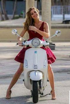 pretty woman on scooter pretty woman on scooter - VESPA GIRLS - . Vespa Girl, Scooter Girl, Lambretta Scooter, Vespa Scooters, Triumph Motorcycles, Vespa Vintage, Moda Rock, Motos Vespa, Italian Scooter
