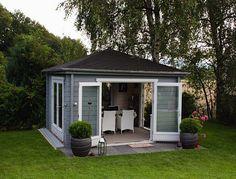 Kaffeekränzchen mit Stil: Das Teehaus-70 ISO mit grau-weißem Anstrich lädt Sie ein.