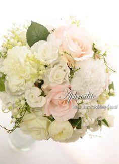 ウエディングブーケ専門ショップ・アフロディーテ(Wedding Bouquet Aphrodite) ボリューミーなホワイトピンクのクラッチブーケ