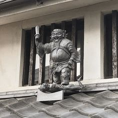 Перед нами редкий момент: Сёки в момент триумфа на поверженом демоне!  Небесный генерал Сёки - надежный домовой дух - охранник который стоит в дозоре на карнизах многих домов Киото. Существует немало вариаций его изображений - встречаются и массовые и индивидуально выполненные образцы этих черепичных оберегов. Можно даже собрать свою коллекцию!  #обычаи #обряды #быт #обереги #талисманы #домовой #домовые #карнизы #черепица #крыши #Япония #Киото #мидокоро #журналМидокоро  www.midokoro.com Туры…