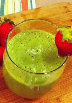Time to start this month off feeling nice and fresh. Here is an easy green and fruity smoothie that I love to make. Drink this detox smoothie to. Best Spinach Smoothie Recipe, Green Smoothie Recipes, Strawberry Smoothie, Smoothie Drinks, Strawberry Banana, Spinach Smoothies, Healthy Breakfast Smoothies, Healthy Drinks, Healthy Snacks