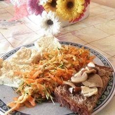Tortino veg di cavolfiore,insalatina di carote e zucchine con olio di canapa e semi di lino e di zucca, e crostino di pane nero con mix di fughi
