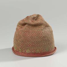 Muts, gebreid met een bol van rode zijde met ruitvormige, geometrische ornamenten van gouddraad en een omgekrulde rand van effen rode zijde, anoniem, 1600