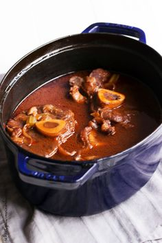 Ossobucco in my oval cocotte - advertising treasures from .- This ossobucco is a wonderful stew and can be ideally prepared in a great roaster like the cocotte of dust. Healthy Meat Recipes, Clean Eating Recipes, Pork Recipes, Chicken Recipes, Cooking Recipes, Cocotte Staub, Osso Buco Recipe, Cocotte Recipe, Nigel Slater