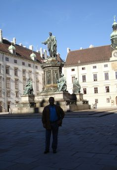This photo shows the statues which compose Heldenplatz.
