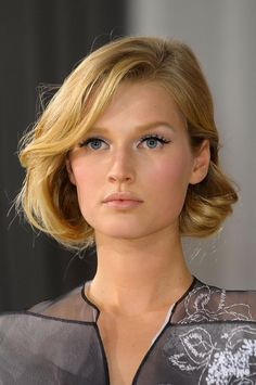 Gorgeous Toni Gaarn for Dior Haute Couture. Love the faux bob.