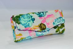 Love the way this necessary clutch wallet turned out ❤❤ @missletterm @emmalinebags  #customorder #ncw #emmalinebags #emmalinebagspattern #melodymiller @cottonandsteel #cottonandsteel #wallet #clutch #twistlock #roses #handmade #bagstock_ig