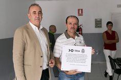 Esta placa que porta Manuel Mora, delegado del área Sur, junto al gerente de la compañía, Jacobo Kalítovics; reconoce el esfuerzo de los conductores y se ubicará en la estación de Adeje.