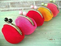 Een leuk tussendoortje: een portemonneetje haken ... leuk om cadeau te geven! Bij Action zijn de beugels te koop voor € 0,99. Haak...