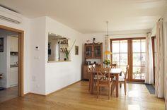 Rohová prosklená stěna ze dřeva s dělicími příčkami byla tou nejdražší variantou, ale dala interiéru útulný vzhled. Kuchyň a jídelnu spojuje podávací okno. Table, Furniture, Home Decor, Homemade Home Decor, Mesas, Home Furnishings, Desk, Decoration Home, Tabletop
