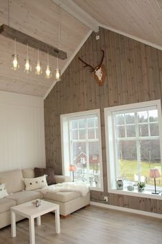 På veggen ser du beiset panel fra Stangeskovene. I taket er det brukt Solpanel, panel som ikke gulner.