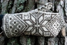 I love this kind of mittens! I definitely have to learn how to read knitting diagrams. Fingerless Mittens, Knit Mittens, Knitted Gloves, Knitting Socks, Hand Knitting, Knitting Charts, Knitting Stitches, Knitting Patterns, Wrist Warmers