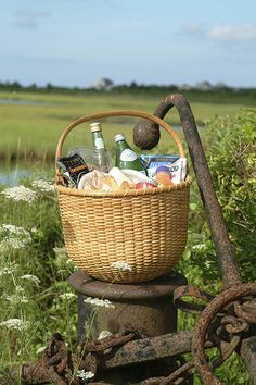 Nantucket Basket / Loaded up for a picnic. Picnic Time, Summer Picnic, Summer Fun, Summer Time, Picnic Parties, Beach Picnic, Romantic Picnics, Romantic Dinners, Nantucket Baskets