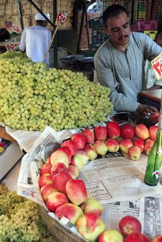 Fruits sold in the streets of Egypt .....  بحب الفكهاني المصري ده!