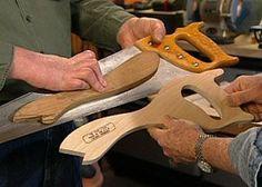 usando um serrote para moldar um empurra pau #woodworkingtools