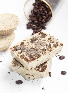 Homemade Coffee Mint Soap Bars with Real Coffee Grounds DIY: Homemade Coffee Mint Soap Bars Diy Lotion, Lotion Bars, New England Coffee, Coffee Soap, Soap Shop, Homemade Beauty, Diy Beauty, Soap Recipes, Home Made Soap