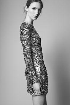 MISS PAILLETTES: EL cuerpo se cubre con las lentejuelas más femeninas najo los últimos rayos de sol. http://www.adolfodominguez.com/vestido-glitter-29350501831