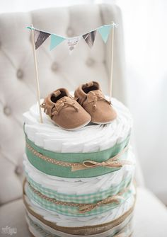 ▷ 1001 + What do you give to baptism ideas and DIY projects- ▷ 1001 + Was schenkt man zur Taufe Ideen und DIY Projekte Give diaper cake and baby shoes to baptism, handmade gift - Deco Baby Shower, Baby Shower Gifts, Baby Gifts, Juegos Baby Shower Niño, Diy Diaper Cake, Diaper Cakes Tutorial, Diy Diapers, Cakes For Boys, Baby Party