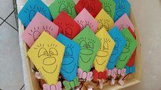 Heel simpel; een vliegertje gevouwen van vouwpapier, daaraan drop en aardbeiveters! En aan de drop/aardbeiveters spekjes!  Op de vlieger staat de tekst;  Ik vlieg er vandoor... Op naar de basisschool!  Op het strikje; Dion 4 jaar!