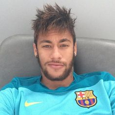 Neymar is both a soccer superstar and a hair inspiration. Check out the latest Newmar hair ideas and hairstyles from blonde mullets to mohawks, undercuts. Neymar Jr, Brazilian Soccer Players, Superstar, Paris Saint Germain Fc, National Football Teams, Hair Styles 2014, Soccer Quotes, Raining Men, Fc Barcelona