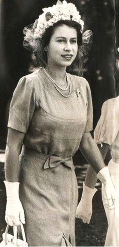 Princess Elizabeth II it was a fruity look at the Stock Exchange in 1949 Side-by-side with sister Princess Margaret. Elizabeth Queen Of England, Young Queen Elizabeth, Princess Elizabeth, Princess Margaret, Crown Princess Victoria, King Queen Princess, Queen Hat, Windsor, British Royal Families