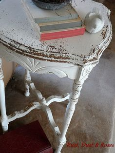PINTURA DE LECHE Y ENCERADO, ACABADO MATE  Chippy MMS Milk Paint Table in Ironstone by Rust, Dust & Roses.