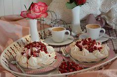 #Pavlova #Baisertörtchen #Granatapfel                                Diese Mini Pavlovas habe ich für das Journal KOCHEN UND KÜCHE entworfen Pavlova, Dessert, Camembert Cheese, Creme, Dairy, Mini, Journal, Pink, Design Your Kitchen