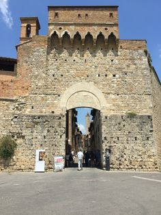 Porta di San Gimignano The Beautiful Country, Beautiful Places In The World, Italy Architecture, Southern Europe, Menorca, Tuscany Italy, Siena, Sicily, Italy Travel