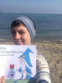 """Una lettrice si è portata """"Mina e il Guardalacrime"""" al mare! 😃 Se la spassano più di me! 😉 #libri #lettori #leggere #autori http://vanessanavicelli.com/mina-guardalacrime/"""