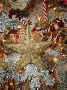 DIY: How to Make a Vintage Style Christmas Star - using old music paper, a cereal box, Mod Podge, glitter and the star template on the post - via Hazel Ruthes Noel Christmas, Christmas Music, Christmas Projects, All Things Christmas, Winter Christmas, Holiday Crafts, Holiday Fun, Vintage Christmas, Xmas