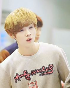 Luhan and that look of wonder makes me go awwwwwwwwwwwe!:)