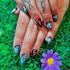 Refill with galaxy nail art with Bowie lightning bolt features! Bright Nails, Gradient Nails, Uv Gel Nails, Diy Nails, Cute Nails, Acrylic Nails, Lightning Nails, Lightning Bolt, French Nails