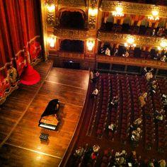 El Teatro Colón en la ciudad de Buenos Aires es considerado uno de los mejores teatros del mundo y reconocido por su acústica y por el valor artístico