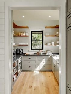 45 Gorgeous Walk-In Kitchen Pantry Ideas (Photos) Large walk-in cabinetry featuring white counters with black countertops. The walnut finished shelves match with the hardwood flooring. Kitchen Pantry Cupboard, Small Kitchen Pantry, Free Standing Kitchen Pantry, Pantry Room, Kitchen Pantry Design, Functional Kitchen, Kitchen Pantries, Kitchen Storage, Kitchen Ideas