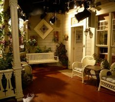 Porche delantero victoriano en Hot in Cleveland Victorian Porch, Victorian Farmhouse, Victorian Homes, Victorian Era, Cottage Porch, Home Porch, Cozy Cottage, Outdoor Rooms, Outdoor Living