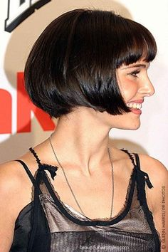 Natalie Portman with her hair cut in a jaw length bob Short Bob Hairstyles, Celebrity Hairstyles, Vintage Hairstyles, Pixie Haircuts, Braided Hairstyles, Wedding Hairstyles, Medium Hair Styles, Short Hair Styles, Bob Haircut With Bangs