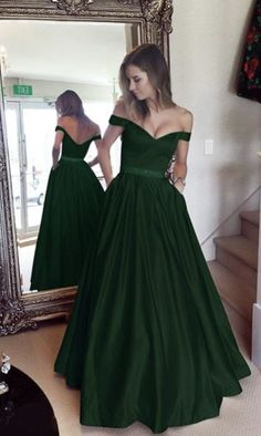 Emerald Homecoming Dress, Emerald Green Wedding Dress, Black Wedding Gowns, Green Wedding Dresses, Stunning Prom Dresses, Pretty Dresses, Beautiful Dresses, Ball Dresses, Ball Gowns