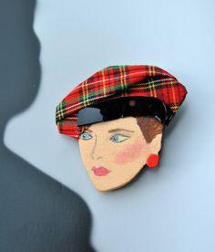 Spilla vintage in legno con volto dipinto a mano e cappello a basco con fascia in pelle lucida ispirata agli anni '80 di ReFuseAccessory su Etsy