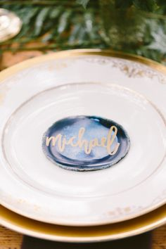 Agate + gold calligraphy DIY name card: http://www.stylemepretty.com/little-black-book-blog/2015/12/09/touch-of-boho-jewel-toned-wedding-inspiration/ | Photography: Brianna Wilbur - http://briannawilbur.com/