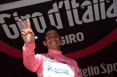 Esteban Chaves strappa la maglia rosa a Kruijswijk caduto rovinosamente nella discesa del Colle dell'Agnello...