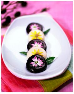 hwajeon(화전) rice cake, made of any edible flower such as azalea or chrysanthemum and rice flour; commonly eaten at hwajeon nori (화전놀이), a traditional custom held since the goryeo dynasty Korean Rice Cake, Korean Sweets, Korean Dessert, Japanese Sweets, Korean Food, Edible Flowers Cake, Tea Culture, Flower Food, Asian Desserts