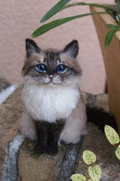 Needle felted cat  http://www.midofeltusa.com/cats