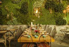 mesas de navidad patio del fisgon y fonty Vertical Green Wall, Cafe Bistro, Garden Cafe, Cafe Shop, Restaurant Interior Design, Patio, Oui Oui, Outdoor Furniture Sets, Outdoor Decor